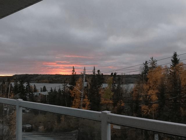写真:日没時の風景(イエローナイフのラッサム島にて)