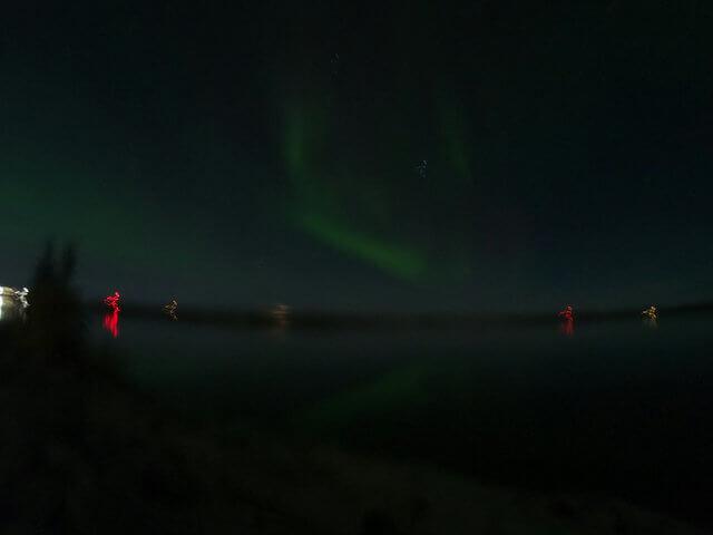 写真:イエローナイフ・グレートスレーブ湖の弱い逆さオーロラ